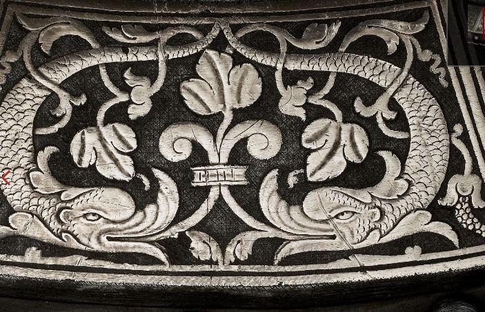 Détails de l'armure représentant des dauphins en symbole d'Henri de Valois futur Henri II
