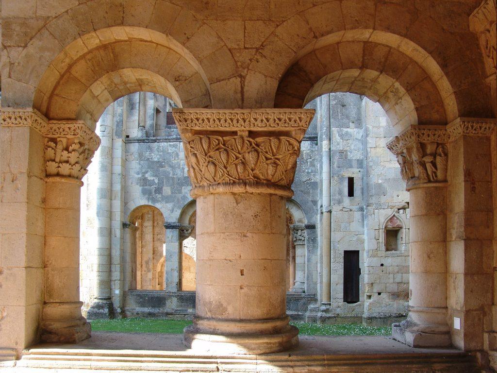 Gros pilier et chapiteaux feuillages