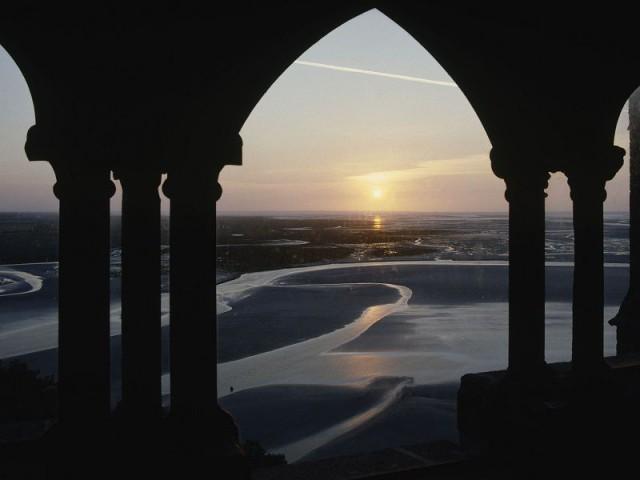 Mont Saint Michel la Merveille domine la mer