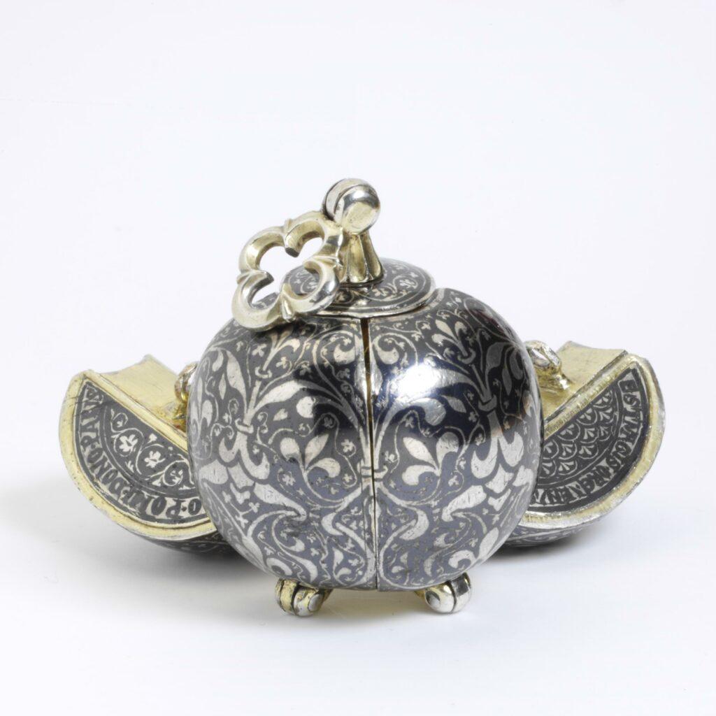 Pomme de senteur en argent, Victoria & Albert Museum, d'Italie vers 1350