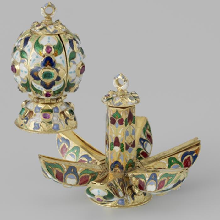 Pomme de senteur en or émaillé à forme de grenade et ornée de rubis, émeraude et diamant. Vers 1600 - 1625. © Rijksmuseum - Amsterdam